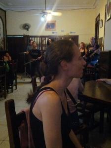 Junge Frau im Cafe Paris, Havanna, Kuba