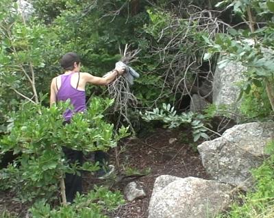 Anika mit Feuerholz auf dem Weg zum Plateau