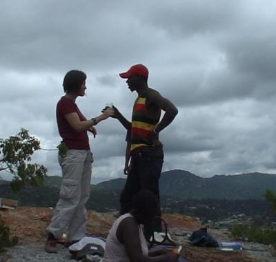 Xenia und Eazy auf dem Berg Mkimbizi
