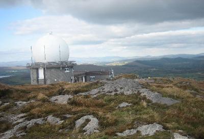 Radarkuppel auf dem Mount Gabriel, Schull, Irland