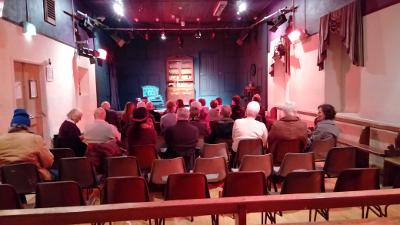 Publikum im Gemeindehaus von Schull
