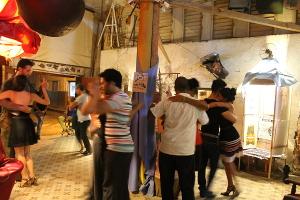 """Tango tanzende Paare in der Galerie """"El Ojo del Ciclón"""", Havanna, Kuba"""