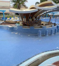 Pool ohne Wasser, aber mit Baustelle, H10 Miramar in Havanna Playa, Kuba