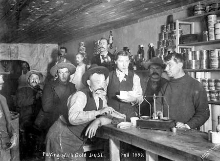 Goldgräber bezahlen mit Goldstaub, Dawson City 1899