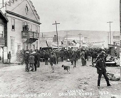 Menschenmenge vor der Post, Dawson 1899