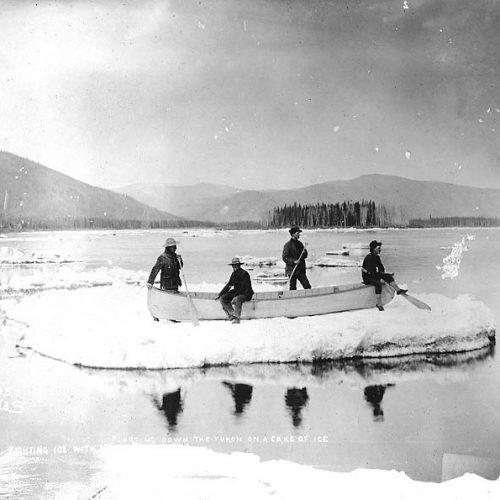 4 Männer mit ihrem Boot lassen sich auf einer Eisscholle den Yukon hinuntertreiben, 1898
