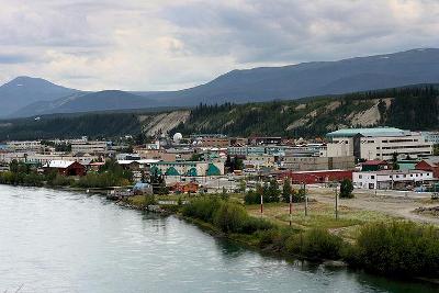 Whitehorse vom Yukon gesehen
