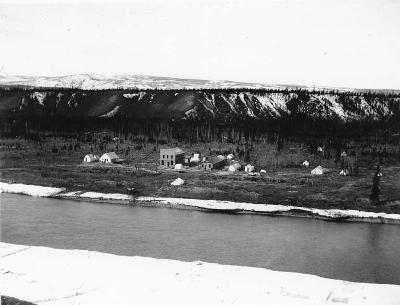 Whitehorse vom Yukon aus gesehen, um 1900