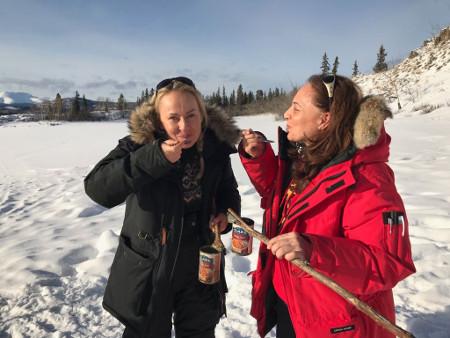 Essen am Lagerfeuer, Lake Laberge, Yukon