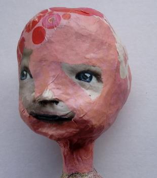 Kopf einer Skulptur aus Zeitungspapier, Xenia Marita Riebe