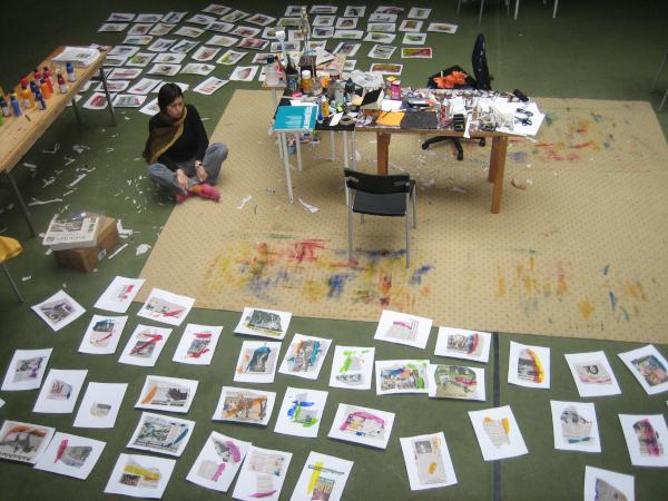 Xenia Marita Riebe mit Arbeiten der World Press Reihe in ihrem Atelier