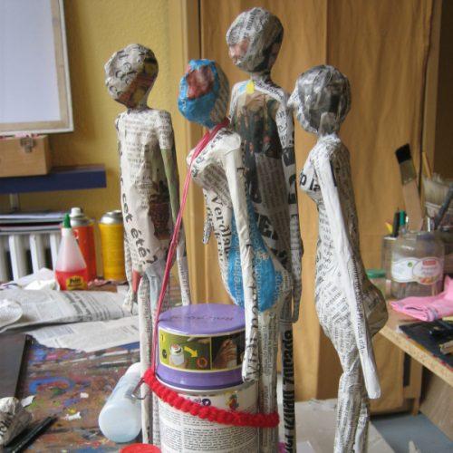 Skulpturen sind zum Trocknen fixiert