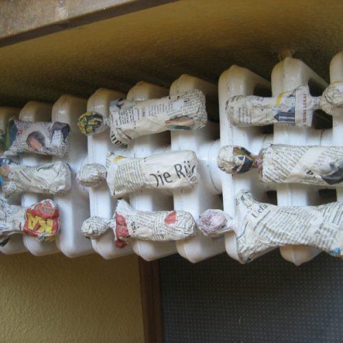 Skulpturenteile trocknen auf dem Heizkörper