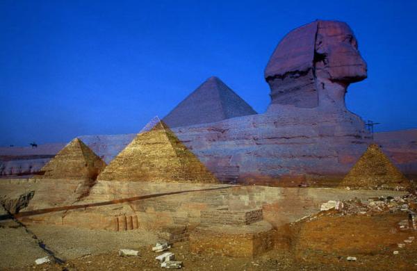 Pyramiden von Gizeh mit Sphinx
