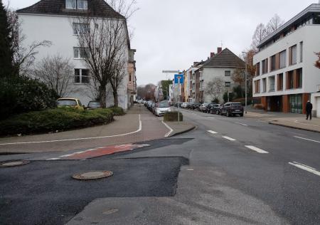 Kreuzung Lüppertzenderstraße/An der Fliescher Mühle mit aufgerissener Asphaltdecke
